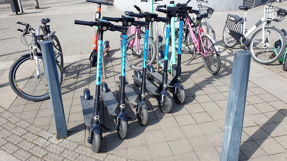 Sdílené elektrokoloběžky a kola, Moravské náměstí v Brně, 5. dubna 2021.