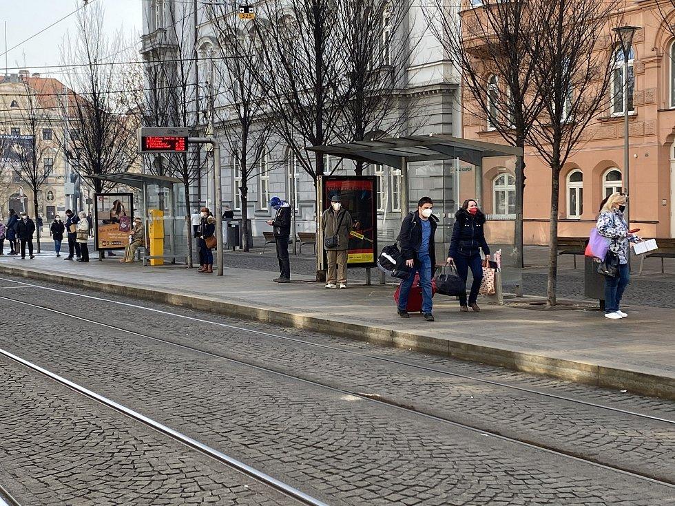 Lidé musí povinně nosit respirátory nebo dvě chirurgické roušky na sobě - Ulice Česká.