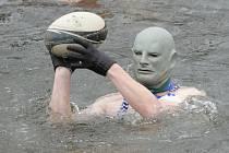 Tradiční novoroční křest nováčků otužilců a plavání v řece Svratce.