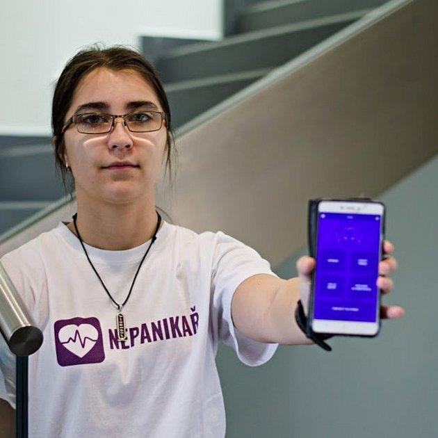 Brněnská studentka Veronika Kamenská spoluvytvořila aplikaci Nepanikař. Kromě toho také závodí syoyem.