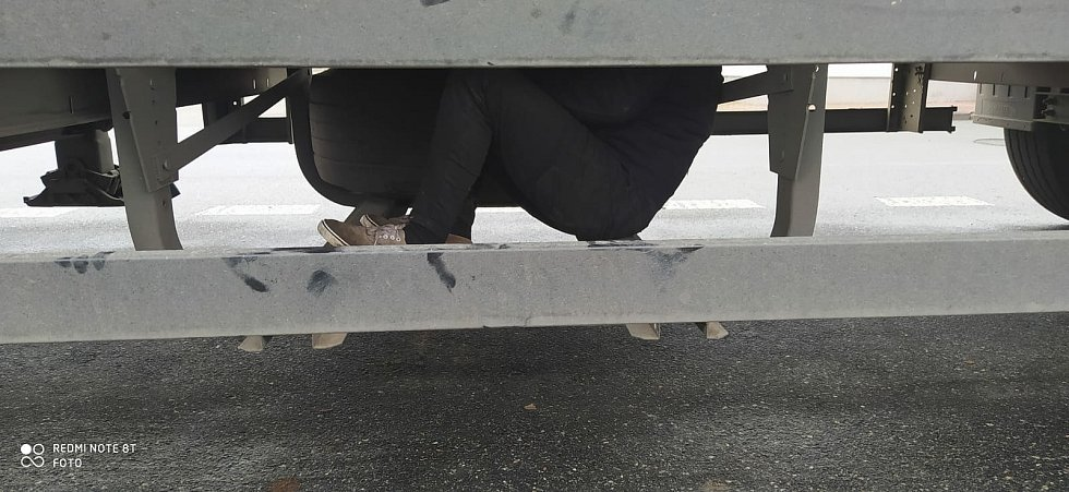 Cizinec se ukrýval na návěsu kamionu v místě určeném pro rezervní kolo. Foto: PČR