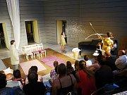 ROMEO A JULIAN. Známá Shakespearova hra v novém nastudování: dva zamilované mladíky z Brna ztvárňují dívky.