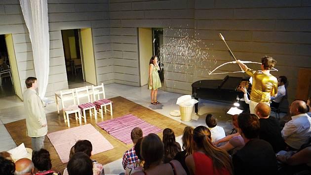Členové Vchodu uvedli Rossiniho operu Příležitost dělá zloděje v atriu Fakulty sociálních studií v Brně.
