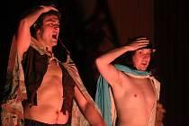 KLASIKA NOVĚ. Anglicky hrající divadlo Domino Theater uvádí původní autorské hry nebo vlastní úpravy klasických her.