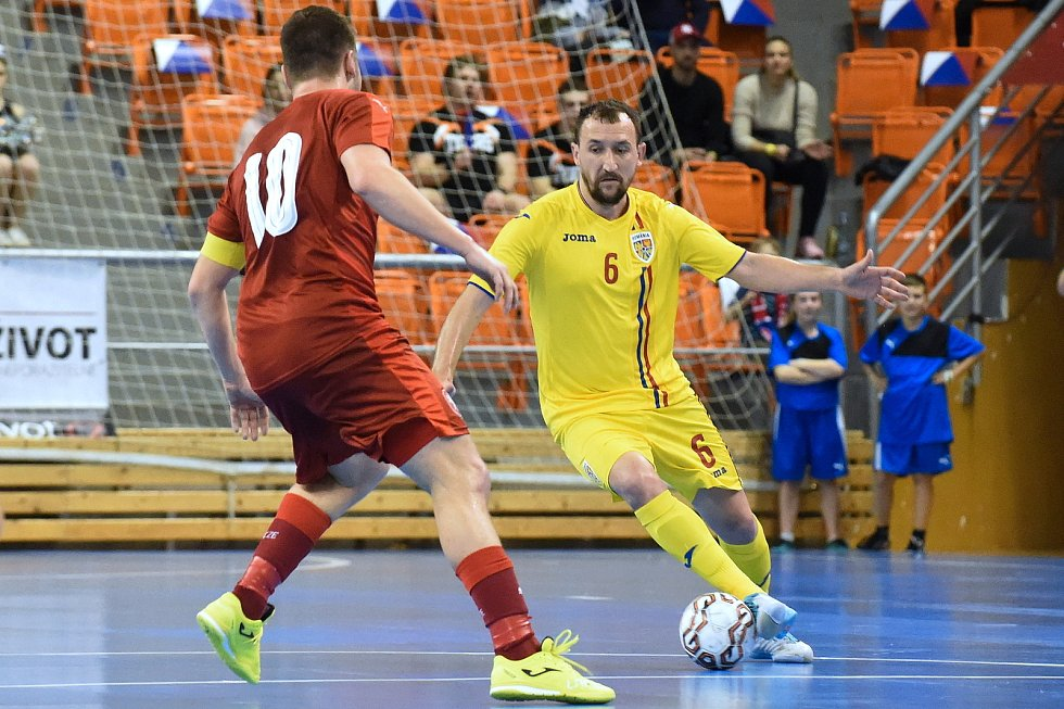 Brno 3.2.2020 - kvalifikační turnaj na futsalové MS 2020 - ČR Michal Seidler (červená) Rumunsko Bogdan Covaci (žlutá)
