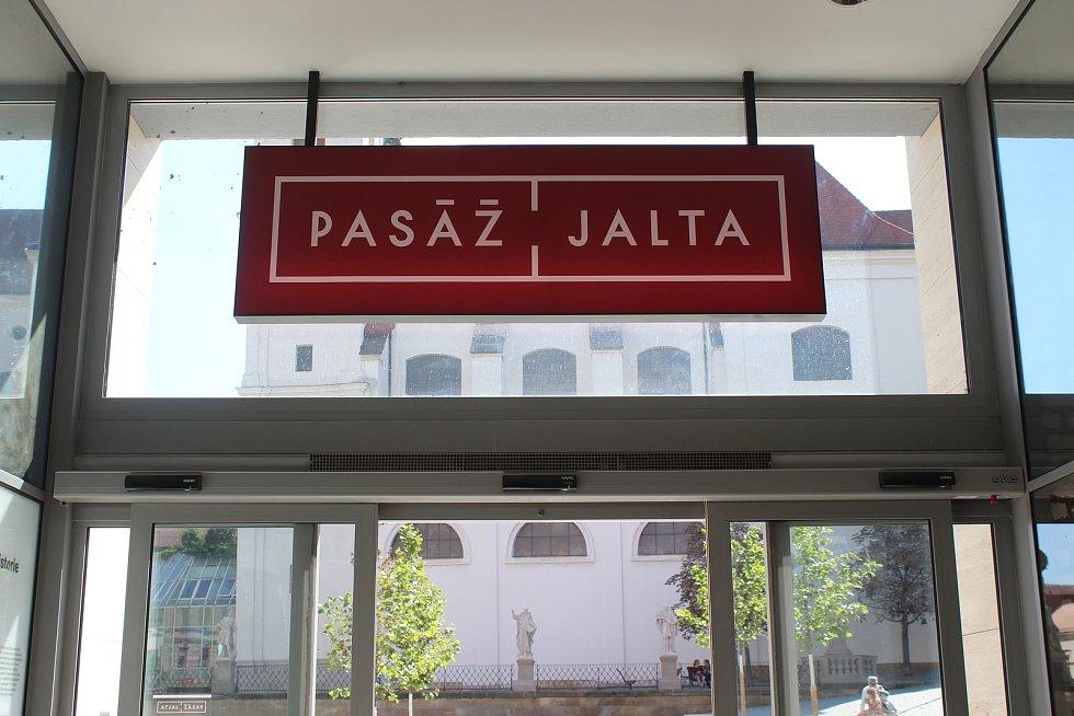 Opravený Palác Jalta se návštěvníkům poprvé otevřel před rokem. I přes obtíže kvůli koronavirovým opatřením se pasáži daří.