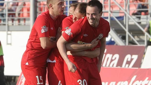 Brněnská Zbrojovka (v červeném) hostila na domácím stadionu pražskou Duklu.