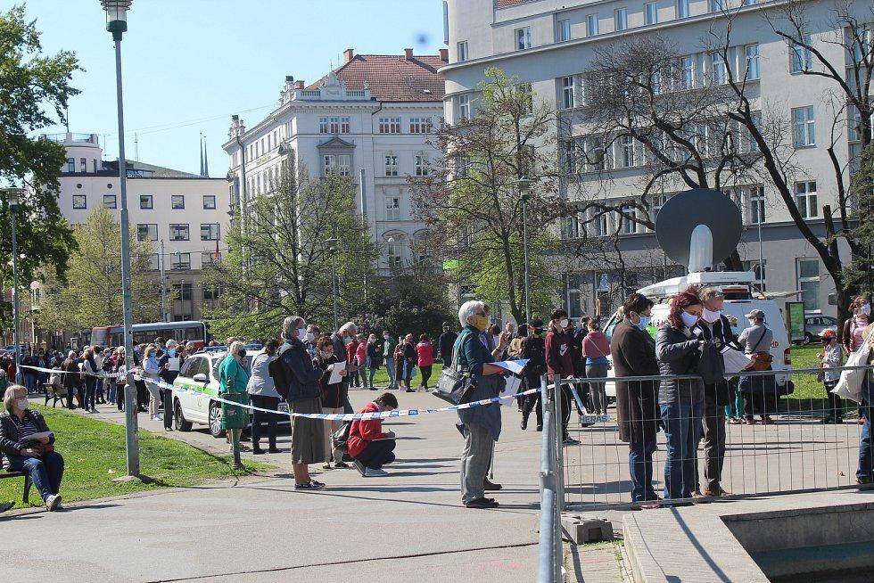 První den plošného testování v parku na Moravském náměstí přilákal stovky Brňanů.