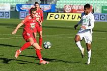 Fotbalisté Zbrojovky Brno (v červeném Antonín Růsek) remizovali na hřišti Karviné 1:1.