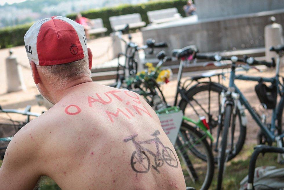 Na další brněnskou cyklojízdu se ve čtvrtek vypravili milovníci kol. Tentokrát si ale účastníci nevzali na průjezd městem oblečení. Cyklisté tak chtěli ještě důrazněji upozornit na špatné podmínky pro jízdu na kole ve městě.