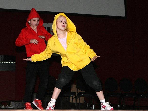 Pětadvacet dětských souborů s celkem třemi sty členy bojovalo v pátek na čtrnáctém ročníku Mezinárodního tanečního festivalu neprofesionálních dětských tanečních skupin školních družin a školních klubů v Brně.