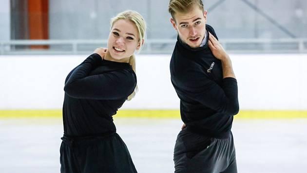 Natálie a Filip Taschlerovi - Český krasobruslařský pár Natálie a Filip Taschlerovi pózují 30. září 2021 na ledové ploše v Brně.