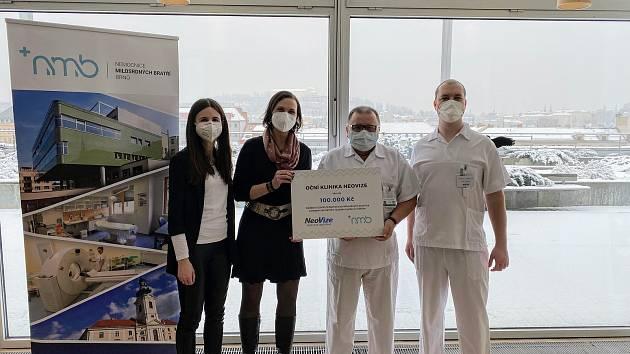 Předání symbolického šeku z rukou zástupců oční kliniky NeoVize lékařům Nemocnice Milosrdných bratří v Brně.