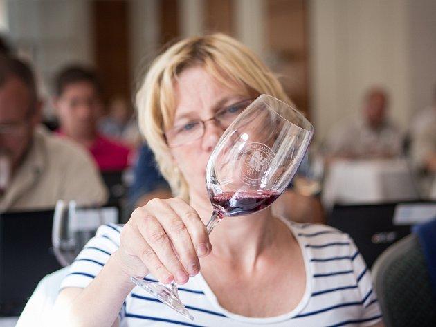 Soutěžní klání mezi moravskými a českými vinaři hostilo ve čtvrtek Brno. V soutěži TOP 77 vín se utkalo přes sedm set vzorků, které hodnotilo na sedm desítek odborných degustátorů.