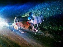 Dvě osobní auta se srazila v sobotu večer na dálnici D1. K nehodě museli vyjet policisté, hasiči i záchranáři. Jedno z aut se při nehodě převrátilo na střechu. Jeho řidiče museli ošetřit záchranáři.