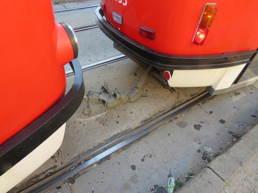 Tramvaje linek 2 a 4 se střetly ve středu ráno na zastávce Tkalcovská. Podle posledních zjištění policie se řidič vozu číslo 4 dostatečně nevěnoval řízení.