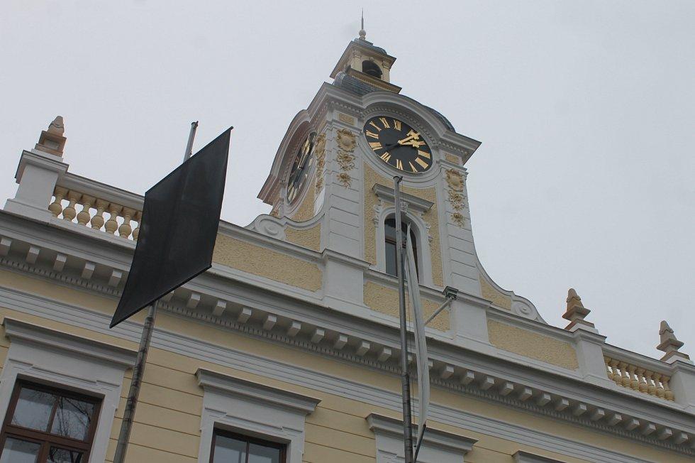 Před blanenskou radnicí vlaje na znamení soustrasti a úcty k obětem teroristického činu v Paříži černý prapor.