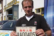 Tři kontinenty, dvacet zemí a pětadvacet tisíc najetých kilometrů. O to vše se pokoušejí v závodu elektromobilů s názvem 80edays dva Brňané. Pětačtyřicetiletý Jiří Vlk (na snímku) společně s Tomášem Vincentem tvoří posádku elektrického auta značky Tesla.