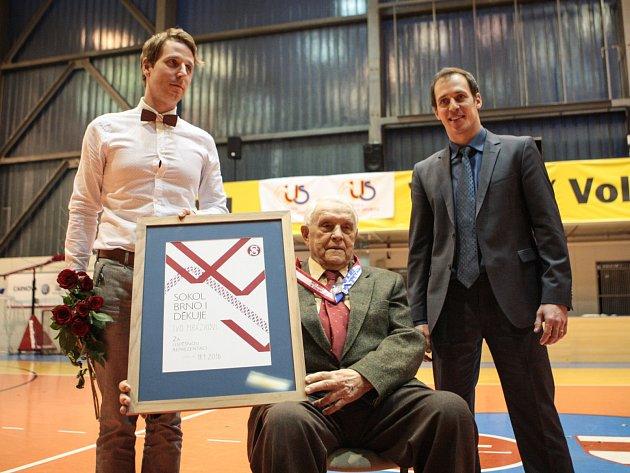 Dohromady devadesát růží v barvách Brna a Sokola Brno I dostal legendární basketbalista Ivo Mrázek, který v pondělí oslavil devadesáté narozeniny.