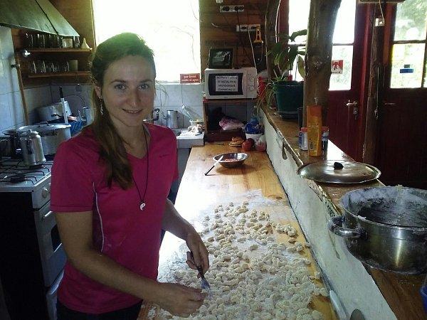 Tereza Mrvová při přípravě domácích bramborových noků.