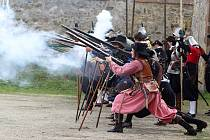 Skupina historického šermu Houwaldův regiment předvedla v sobotu na hradě Veveří návštěvníkům ukázky z výcviku švédských mušketýrů z období třicetileté války.