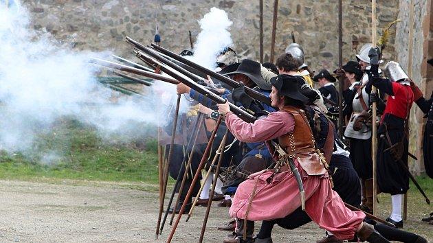 Boj jako za třicetileté války: Krev, kůže, maso, křičí a vrhají se na diváky