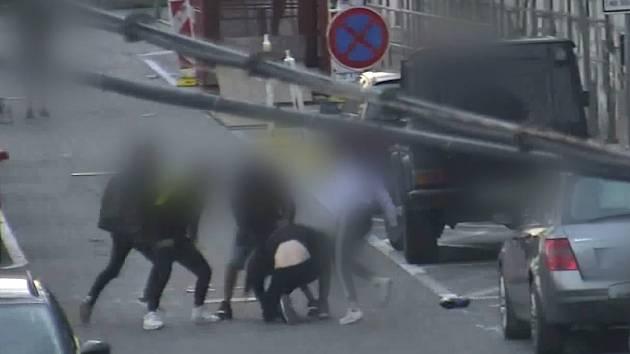 Napadení čtyř proti jednomu zachytila obsluha kamer městské policie v centru Brna.