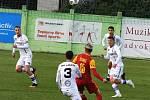 Líšeňští fotbalisté (v bílém) porazili pražskou Duklu 3:0.