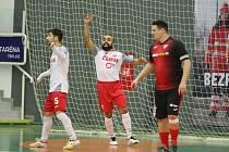 V posledním vzájemném zápasu Teplice (na snímku v bílých dresech) porazily Helas jasně 7:2.
