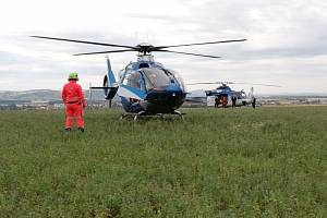 Záchranáři společně s hasiči zachraňovali muže, na kterého v lese spadla větev.