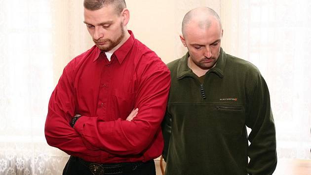 Trojice policistů, kteří údajně ukopali Vietnamce, u brněnského soudu.