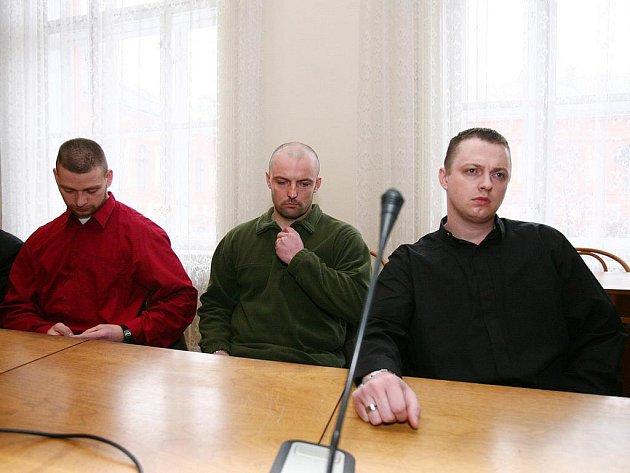 Trojice policistů, kteří údajně ubili Vietnamce, u brněnského soudu. Archivní foto.