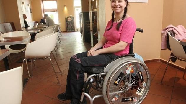 Studentka Ladislava Blažková jezdí po jevišti na invalidním vozíku. Nemá to ale napsáno v roli. Mladá Brňanka se tak od dětství pohybuje kvůli dětské mozkové obrně. Ale v herectví, kterému se věnuje dva roky, jí handicap nebrání.