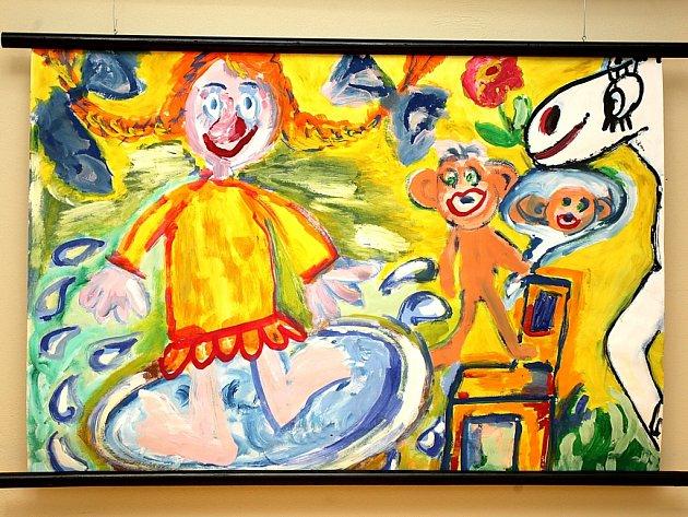 Obrázky dětí ze speciální školy zdobí chodby nemocnice.