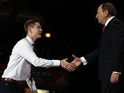 Talentovaný útočník Komety Brno Martin Nečas (vlevo) si podává ruku se šéfem zámořské NHL Gary Bettmanem.