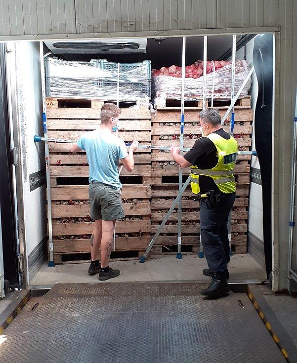 Celníci zajistil polský kamion se šesti miliony neokolkovanými cigaretami. Foto: Celní správa