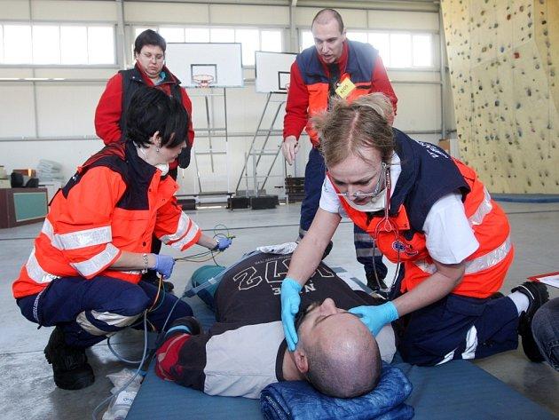 Dvanáct záchranářských posádek nacvičovalo pomoc těžce zraněným v Brně. Utkali se v kvalifikaci na soutěž Rallye Rejvíz 2014