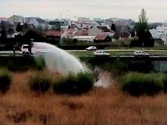 Že hasiči napouštějí nový bazén, si mohli myslet lidé, kteří procházeli v úterý kolem sedmé večer okolo Tesca v Cimburkově ulici. Dvě jednotky tam stříkaly vodu do retenční nádrže, která právě k zadržování dešťové vody slouží. Hořelo tam rákosí.