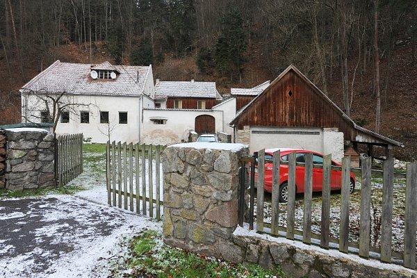 Rezervace Sokolí skála se tyčí nad řekou Svratkou uDoubravníku na Brněnsku. Kdysi tam hnízdili sokoli, ale lidé je vyhubili. Dodnes se tam ale vyskytují výři a krkavci. Poblíž je mlýn, kde žil a tvořil malíř Bohumír Matal.