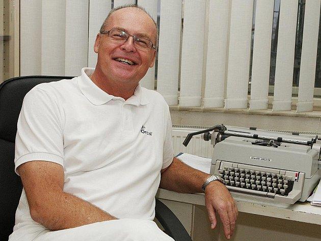Doktor Tomáš Lošťák si o počítači od polikliniky může nechat jen zdát. Musí mu stačit psací stroj.