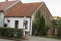 Dům v brněnském Komíně, ve kterém policisté nalezli zavražděnou ženu.