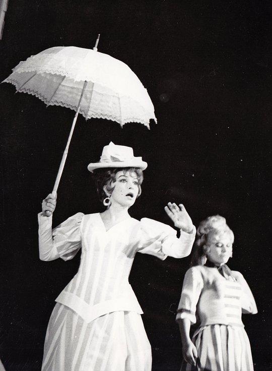 Helena Kružíková si v Národním divadle Brno zahrála hned ve svou inscenacích Pygmalionu. V roce 1961 ztvárnila ve hře postavu Lízy Doolittlové (na snímku), v roce 1983 pak postavy Paní Eynsford-Hillová  a paní Higginsové.