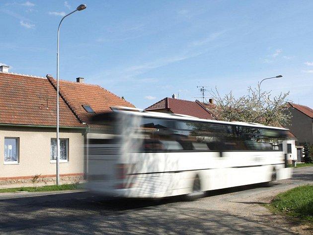 AUTOBUSY NEZASTAVÍ. Brněnskou ulicí v Modřicích projede denně tři sta autobusů. Další linkové zastávky město zamítlo.