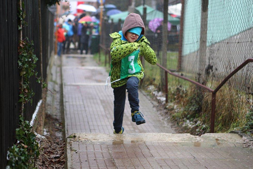 Tradičního silvestrovského běhu do schodů v Bílovicích nad Svitavou se i přes nepříznivé počasí zúčastnily více než dvě stovky lidí.