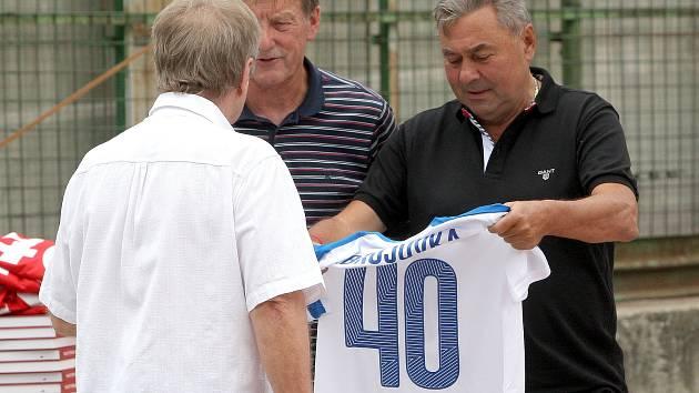 Ladislav Petráš SVK předal Karlu  Kroupovi slovenský dres ke 40. výročí získání titulu mistra ČSSR.  Archivní snímek.