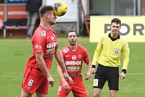 Pavel Dreksa (v červeném) proti 1. FC Slovácko.