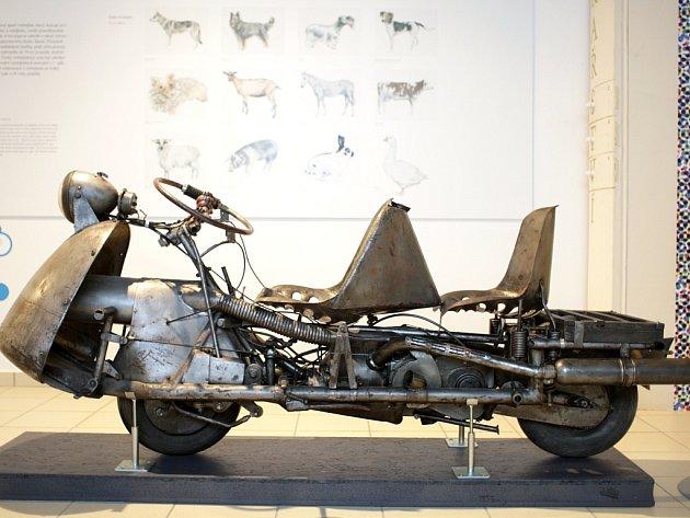 První dálník postavil v roce 1942 Jan Anderle, když jako pilot nemohl létat. Cílem bylo nabídnout pohodlí jízdy autem. Na snímku je první prototyp – Dálník 250, který vznikl s podporou brněnské Zbrojovky.