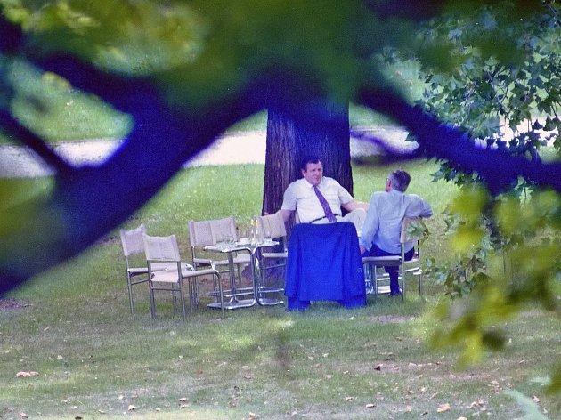 Na snímku brněnského fotografa Jefa Kratochvila z26.8.1992jedná Václav Klaus a Vladimír Mečiar ve vile Tugendhat orozdělení Československa.