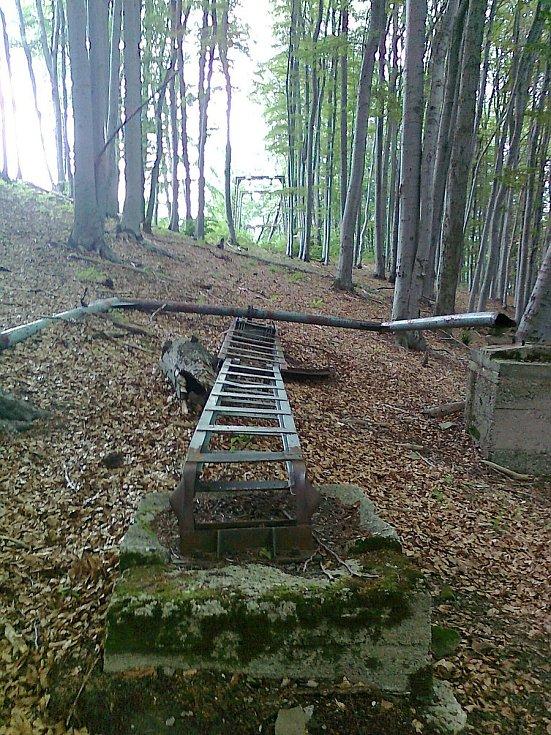 Zdemolovaná horní stanice vleku Transporta VL 1000 na Hradisku (Žilina, Slovensko).