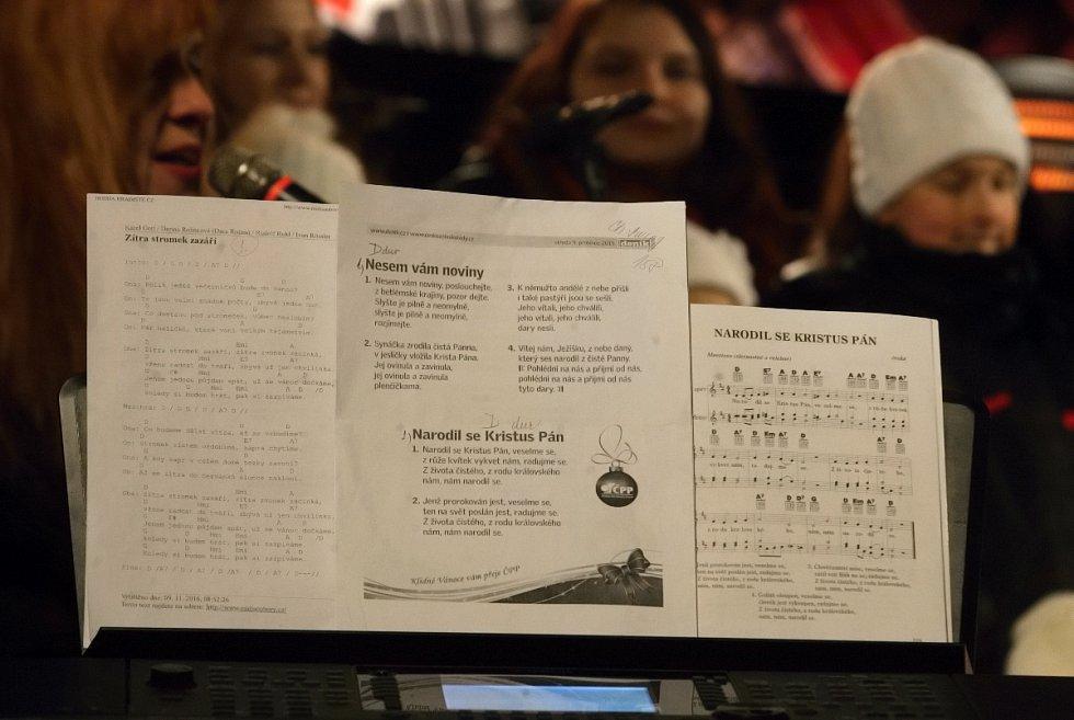 Akce regionálního Deníku Česko zpívá koledy na brněnském náměstí Svobody, kde si s tisícovkou lidí zazpíval i zpěvák David Koller.